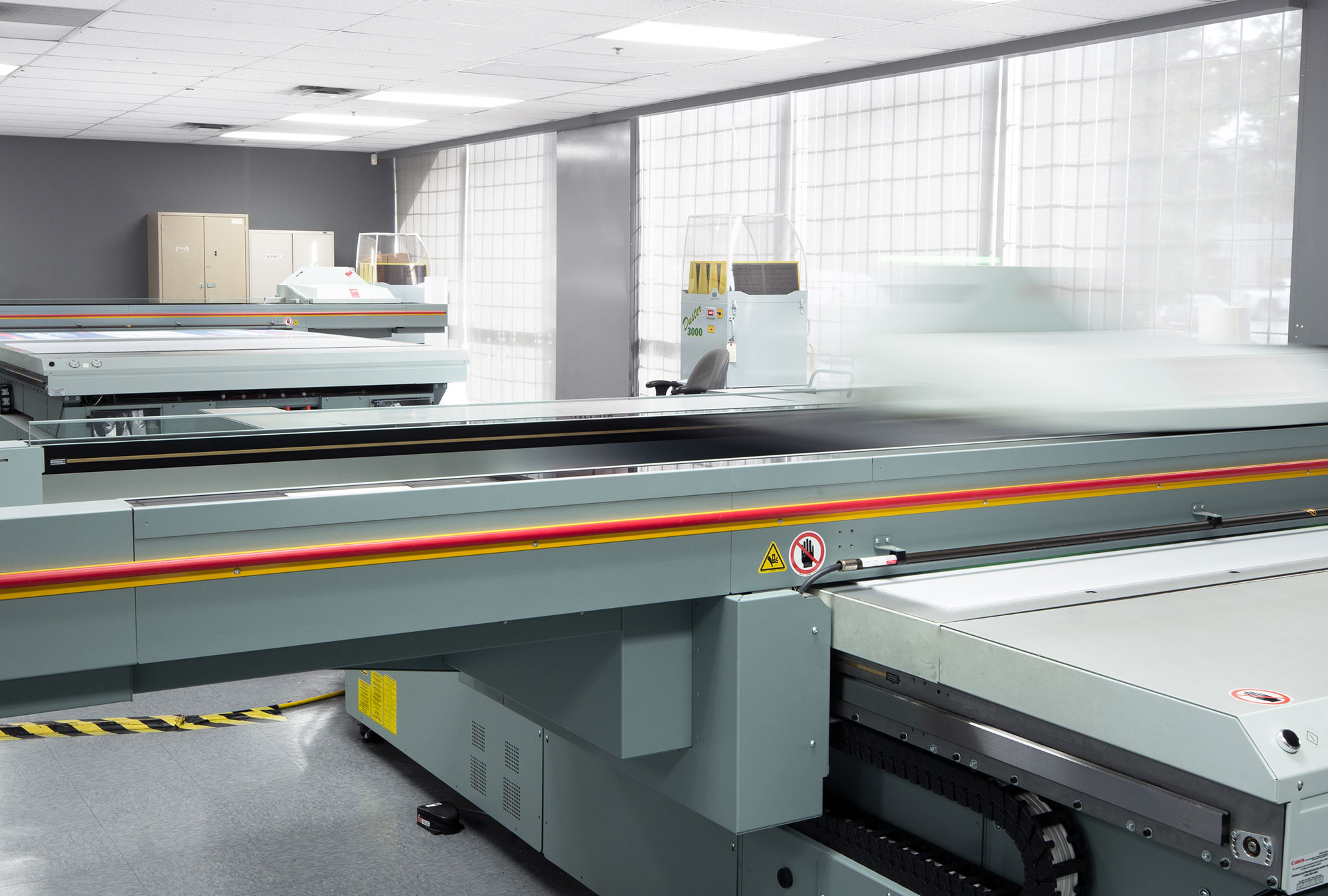 2 UV flatbed printers with moving pressheads